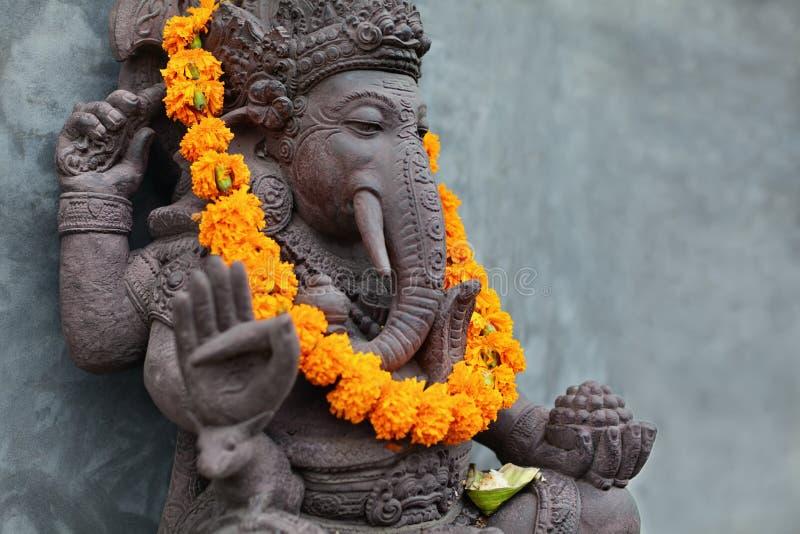 与巴厘语Barong面具,花项链和礼仪提供的Ganesha 免版税库存图片