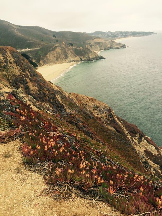 与水和山的海洋沿海风景 库存图片