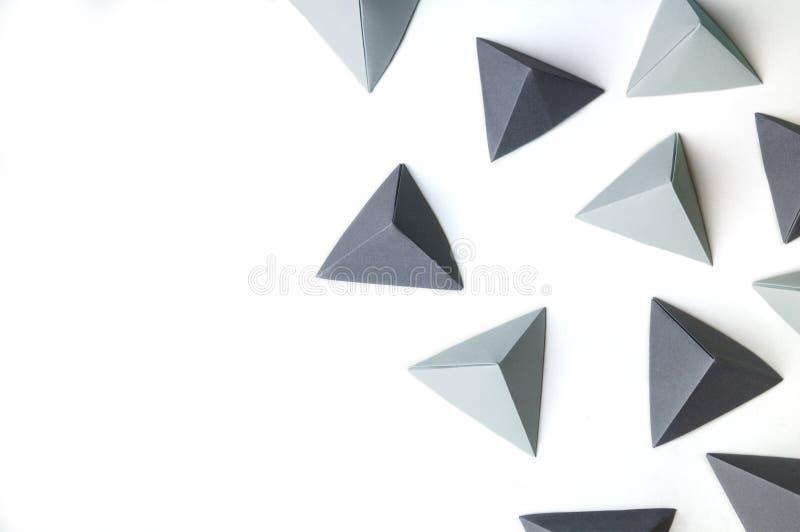 与黑和灰色origami金字塔的创造性的抽象背景 免版税图库摄影