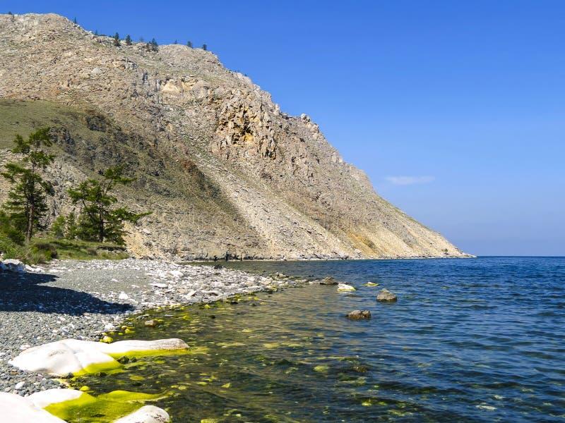 与刻在岩石上的文字的海角萨根扎巴 贝加尔湖湖 免版税库存图片