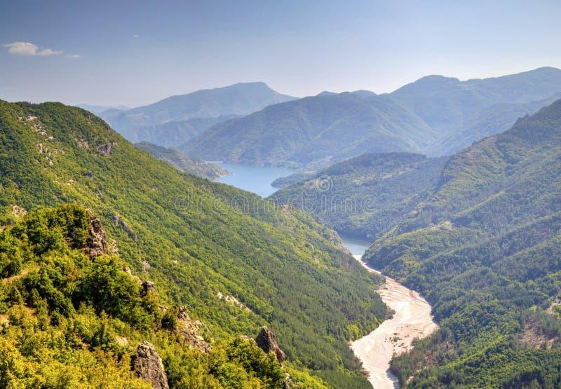 与水坝的美好的风景 免版税库存照片