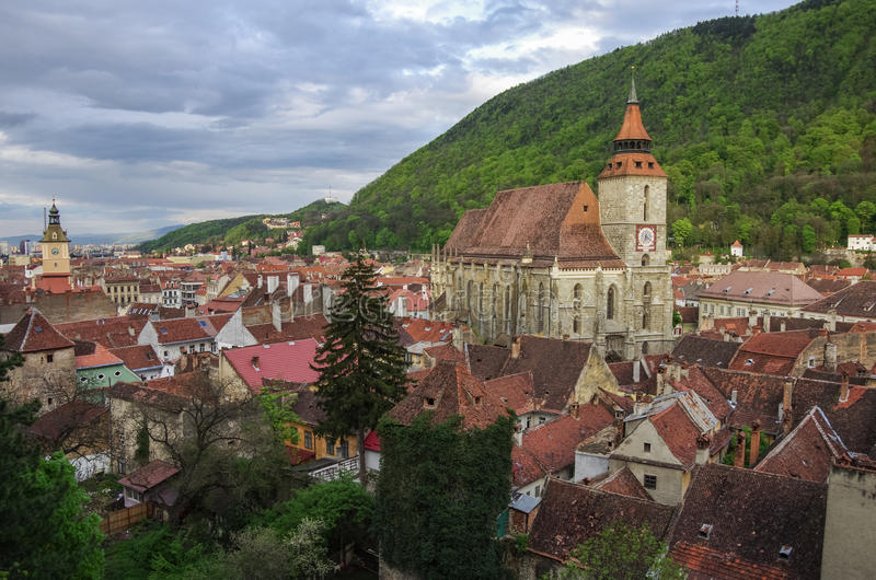 与黑大教堂和山的布拉索夫都市风景在backround 免版税库存照片
