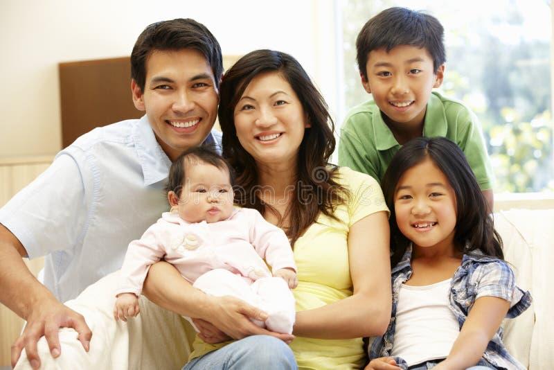 与婴孩的亚洲家庭 库存照片