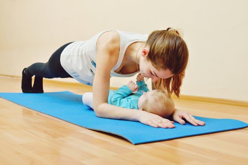 与婴孩的锻炼 库存图片