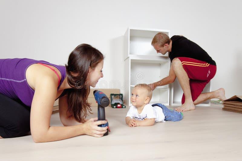 与婴孩移动的年轻家庭 免版税库存图片