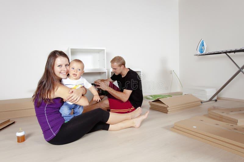 与婴孩移动的年轻家庭 库存照片