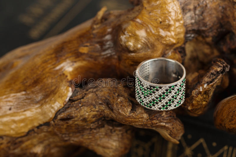 与绿宝石的银色圆环 免版税库存图片