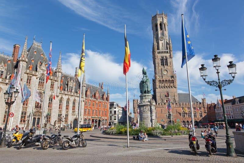 与贝尔福搬运车布鲁基的布鲁日-格罗特markt和Provinciaal Hof 1月Breydel和彼得De Coninck大厦和纪念品  免版税库存图片