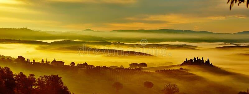 与绵延山的风景托斯卡纳风景 免版税库存照片