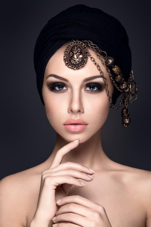 与头巾的美丽的妇女画象在头 免版税库存照片