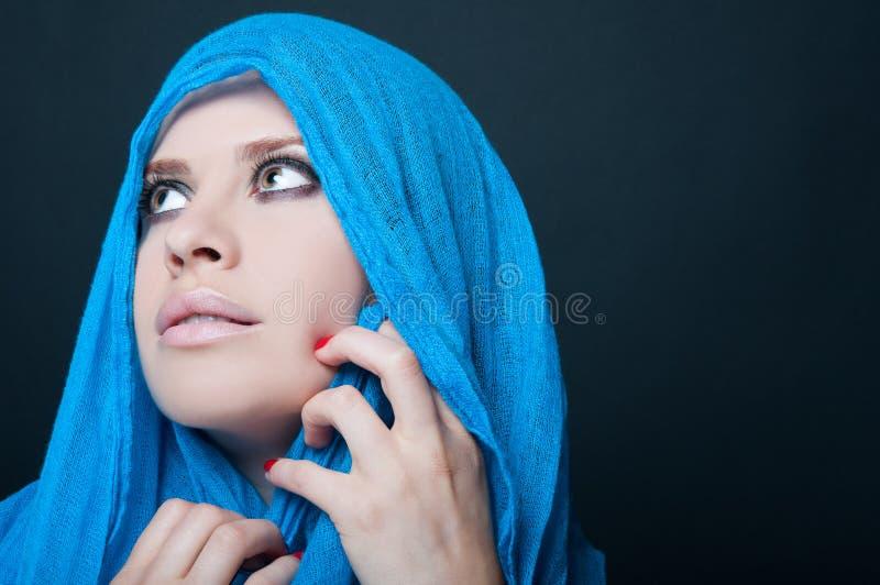 与围巾的年轻美好的时装模特儿 图库摄影