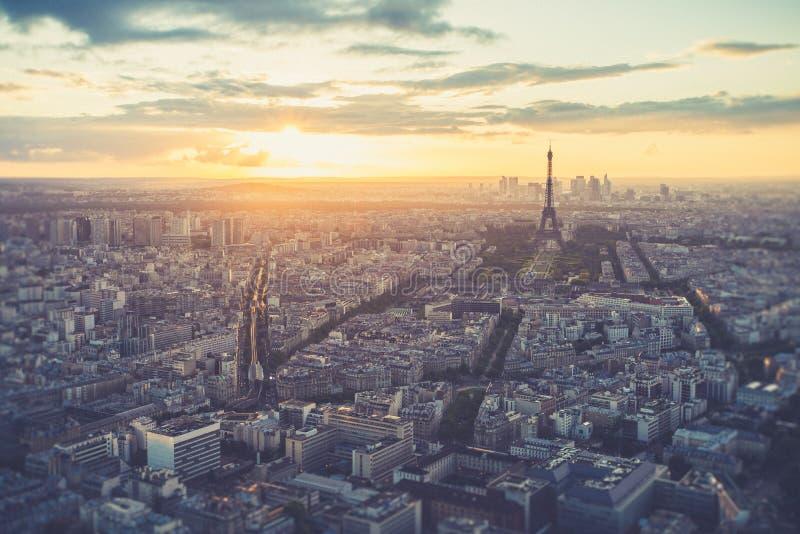 与巴黎市地平线(被过滤的图象)的埃佛尔铁塔 免版税库存图片