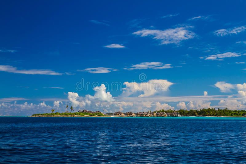 与水平房的美丽的热带海滩在马尔代夫 免版税库存照片