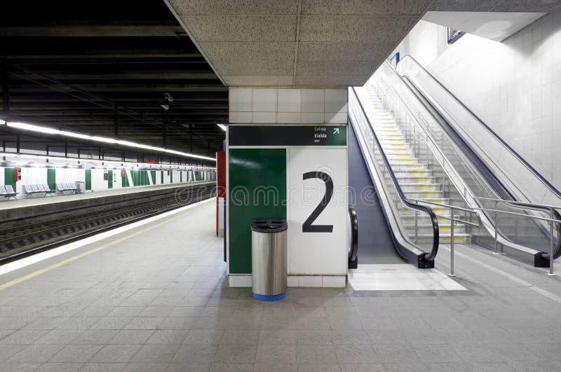 与竖立路标的平台和自动扶梯的火车站 免版税图库摄影