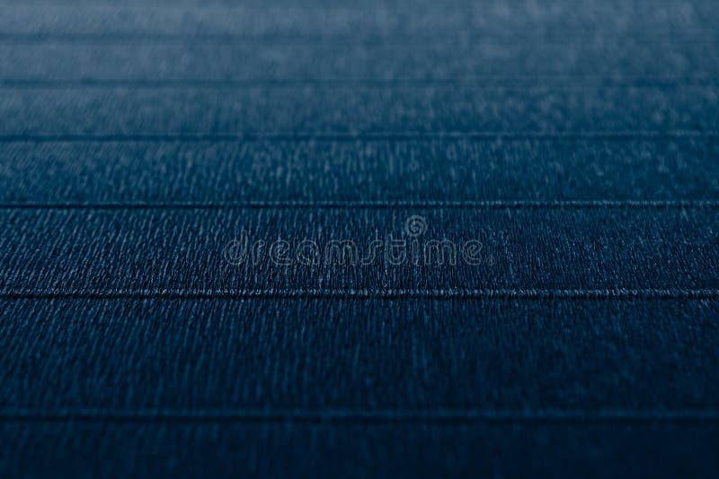 与水平线的抽象织地不很细最低纲领派深刻的蓝色背景 免版税库存照片