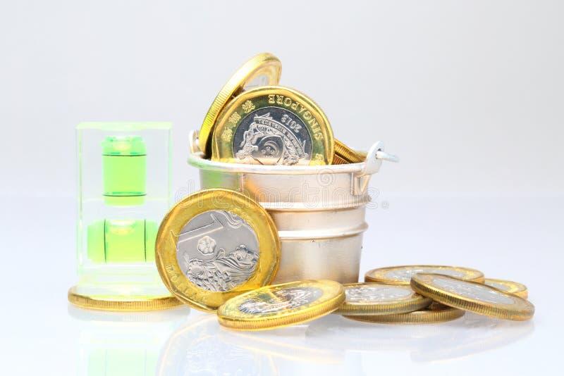 与水平面的硬币 免版税库存照片