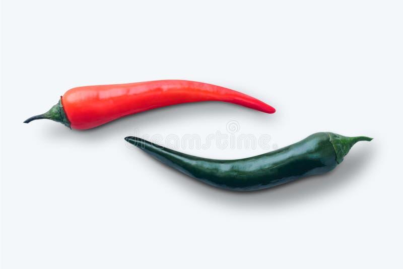 与阴影的红色和绿色辣椒在白色 免版税图库摄影