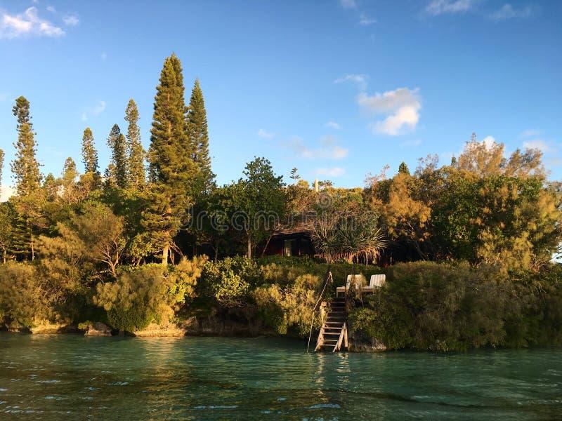 与直接存取的豪华平房手段对在Iles Des别针的水,新喀里多尼亚 免版税库存图片