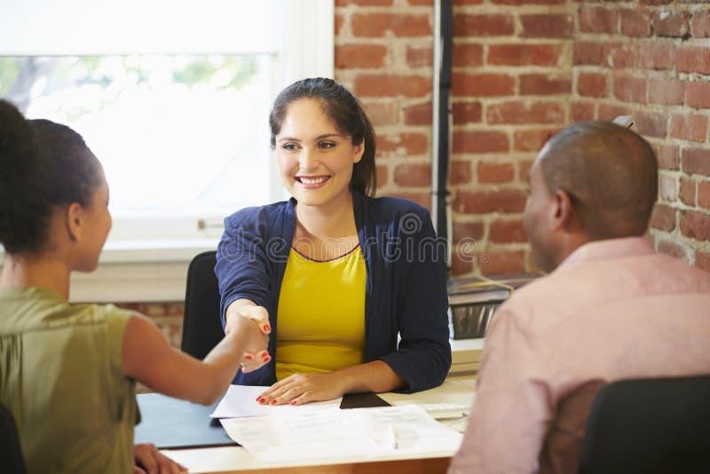 与财政顾问的夫妇会谈在办公室 库存照片