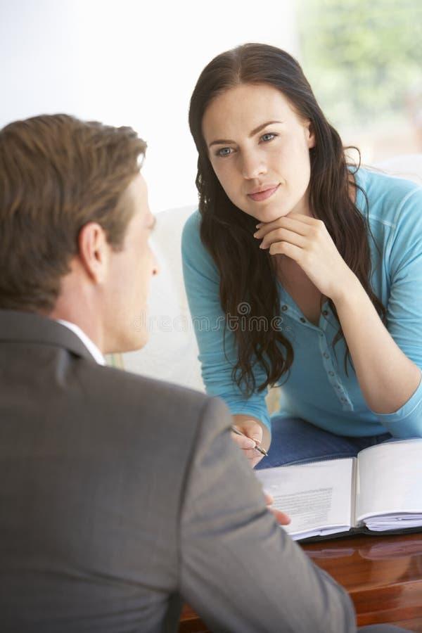 与财政顾问的妇女会谈在家 免版税库存照片