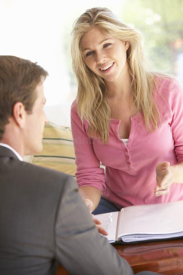 与财政顾问的妇女会谈在家 库存照片