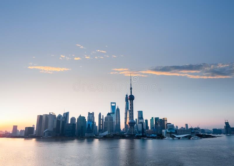 与黎明玫瑰色云彩的上海地平线  库存照片