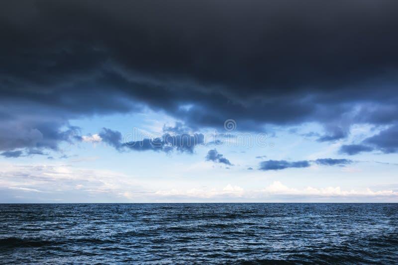 与黑暗的云彩的剧烈的风雨如磐的天空在海 免版税库存照片