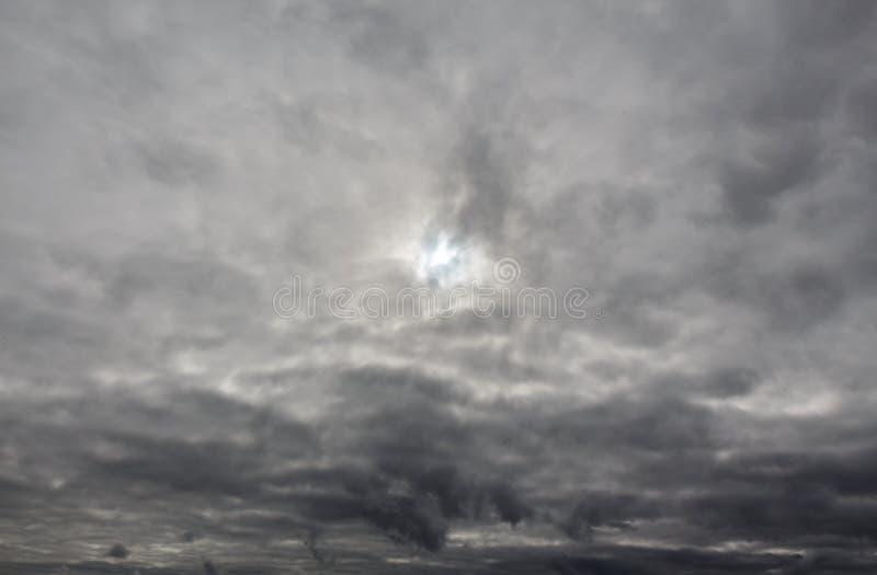 与黑暗的风雨如磐的雨云的阴暗天空 免版税库存图片
