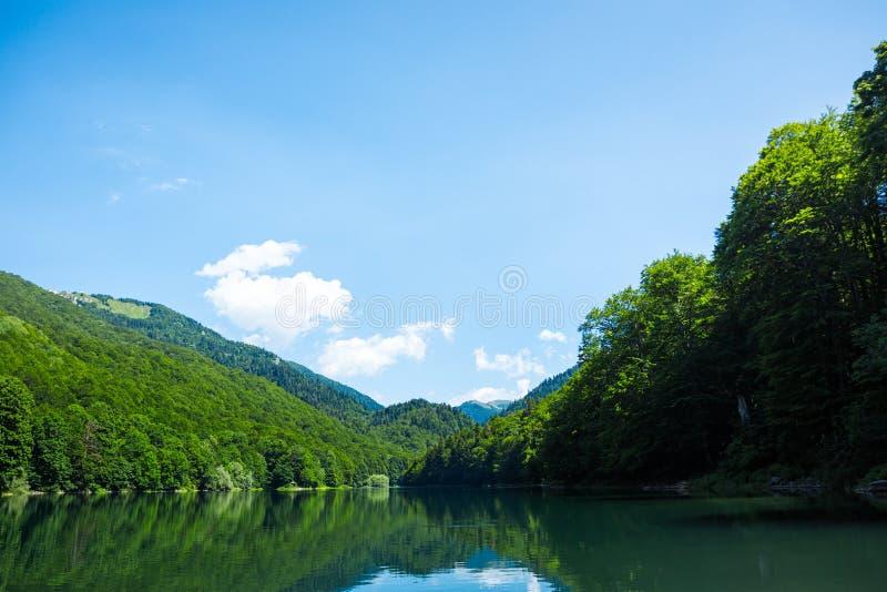 与绿松石湖的美好的风景 免版税库存照片