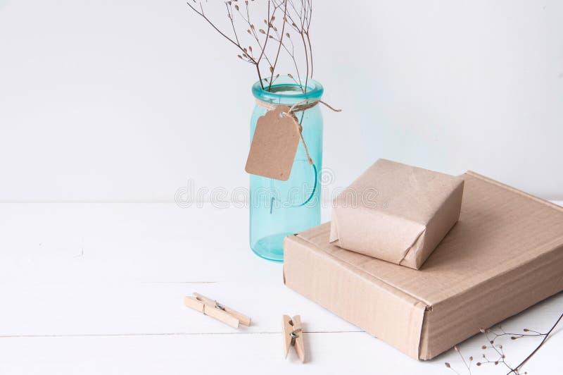 与绿松石花瓶和工艺箱子的最小的典雅的构成 库存照片