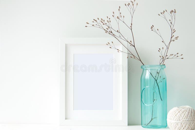 与绿松石花瓶的最小的白色框架 免版税库存图片