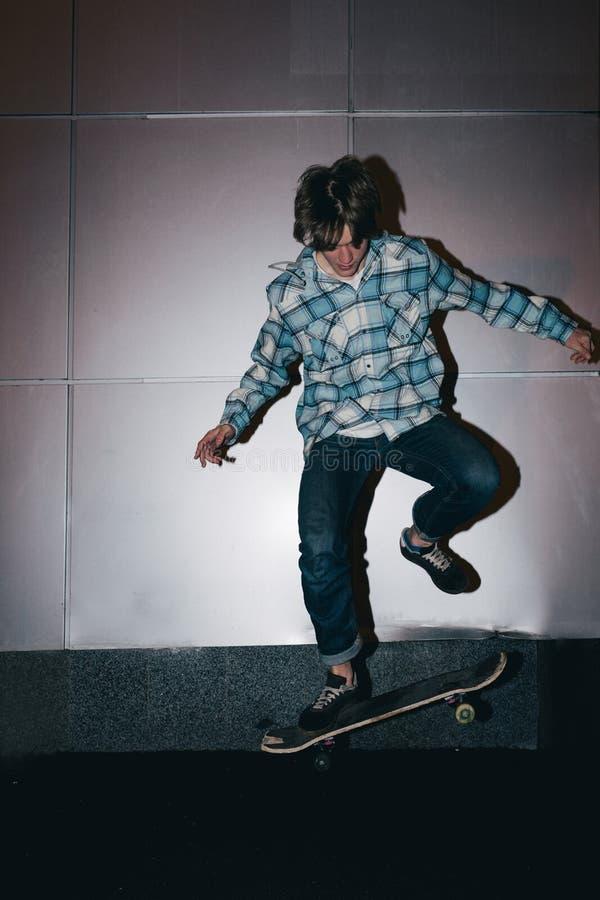 与滑板的极端把戏 街道亚文化群 免版税库存图片