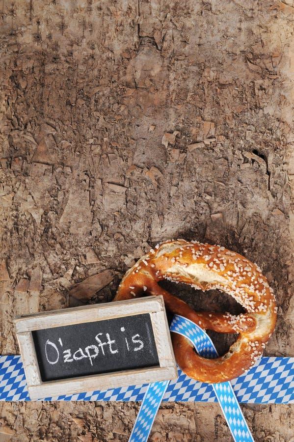 与黑板的巴法力亚慕尼黑啤酒节软的椒盐脆饼 免版税库存照片