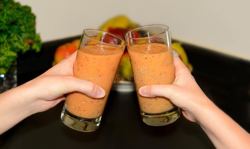 与水果和蔬菜圆滑的人的多士 免版税库存照片