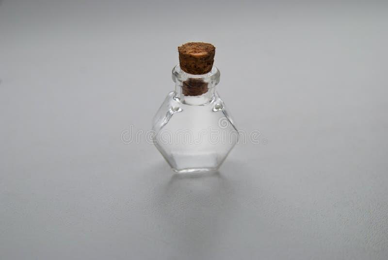 与黄柏停止者的微型玻璃瓶不同的形式在白色背景 库存照片