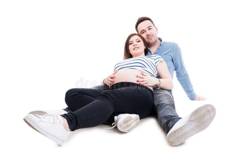 与年轻母亲和父亲的愉快和健康怀孕概念 库存照片