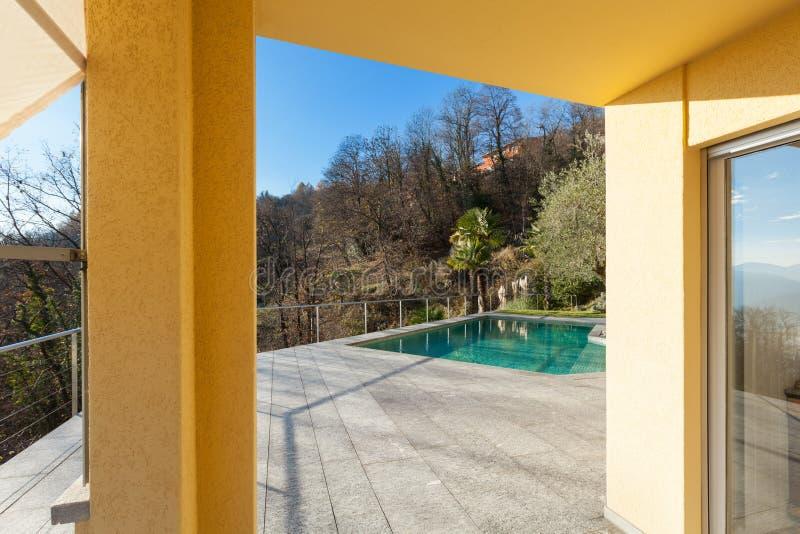 与水池的大阳台 免版税库存照片