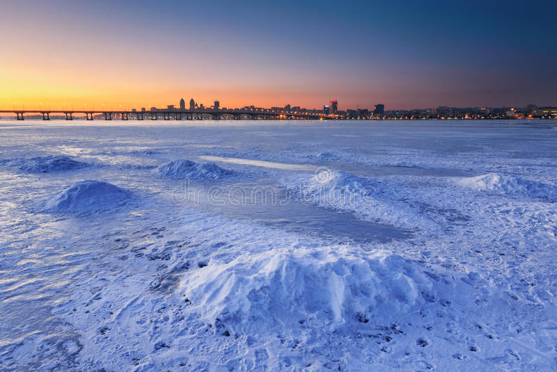 与冻河的美好的冬天风景黄昏的III 库存照片
