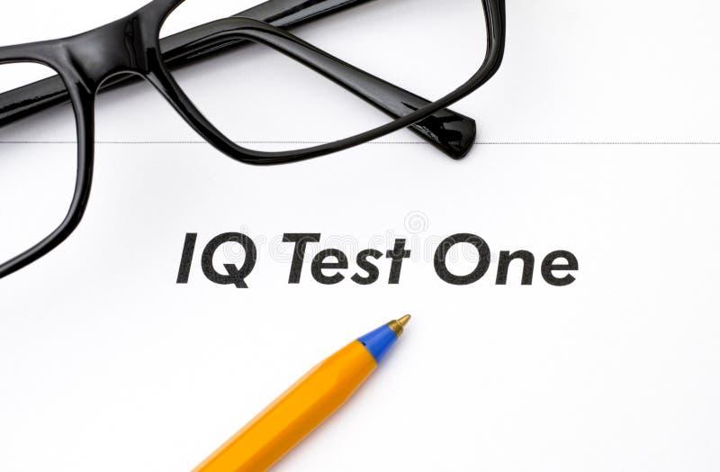 与玻璃和笔的智商测试一 免版税库存照片
