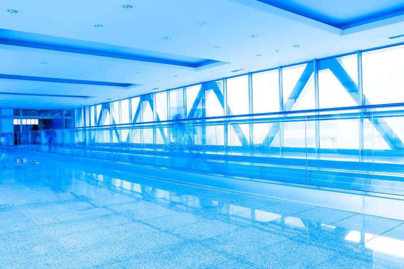 与玻璃墙的走廊结构 免版税库存照片