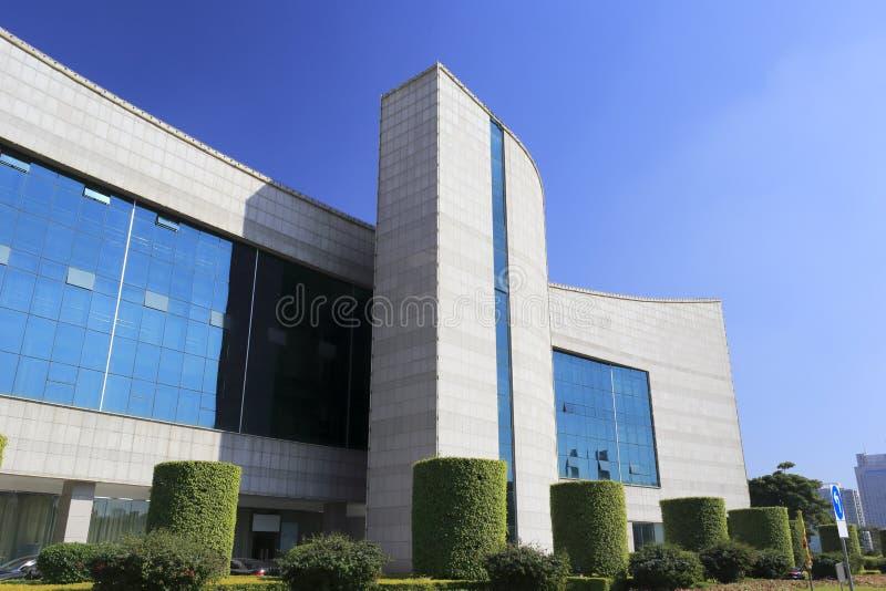 与玻璃悬墙的现代大厦 免版税库存照片