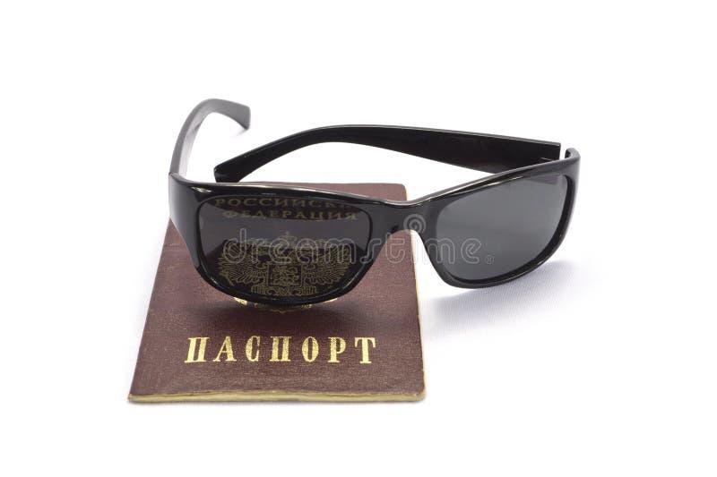 与玻璃的俄国护照 免版税库存照片