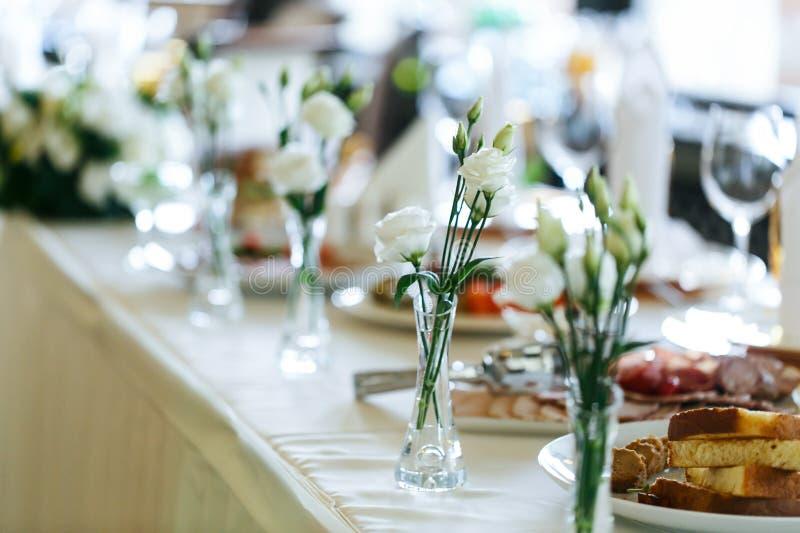 与玻璃的典雅的时髦的装饰的结婚宴会桌 免版税库存图片