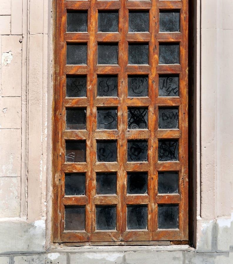 与玻璃窗的老木门 免版税库存图片