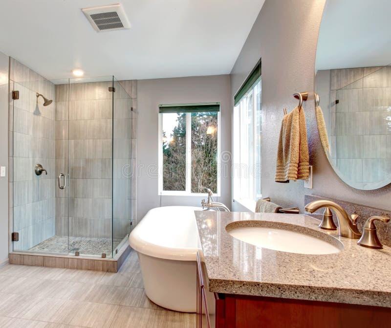 美好的灰色新的现代卫生间内部。 图库摄影