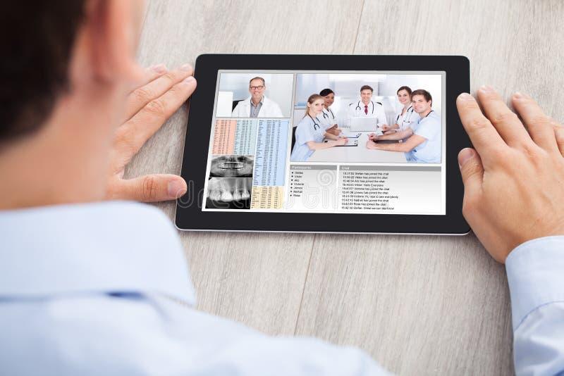 与医疗队的商人视讯会议 库存图片