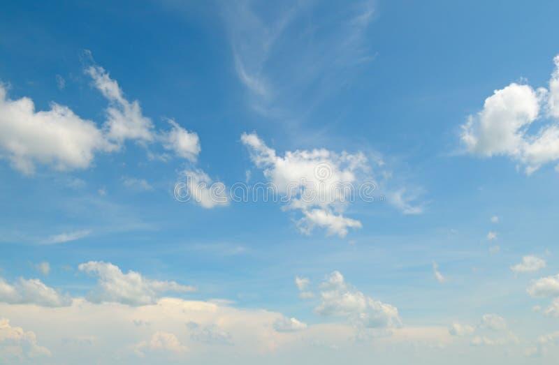 与轻的云彩的蓝天 库存照片