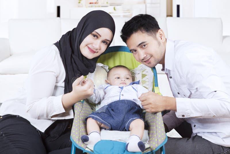 与他们的儿子的阿拉伯家庭婴儿推车的 免版税库存图片