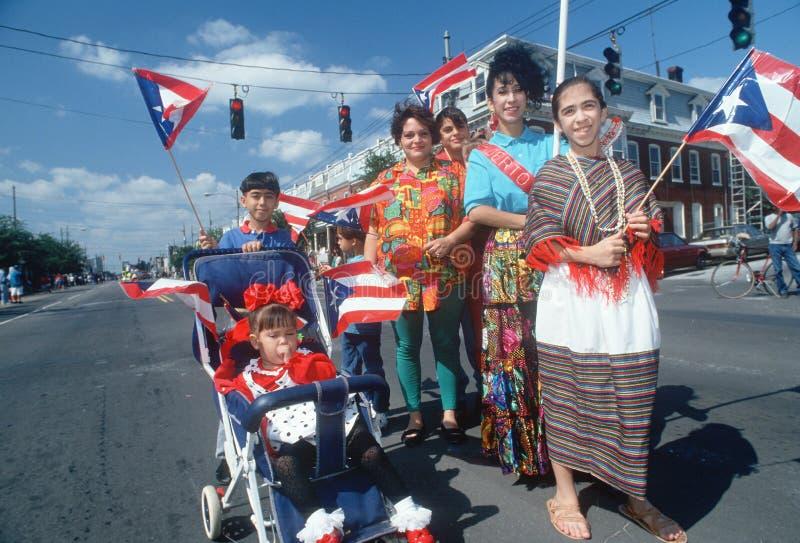 与他们的国旗在游行,威明顿, DE的一个波多黎各人家庭 库存图片