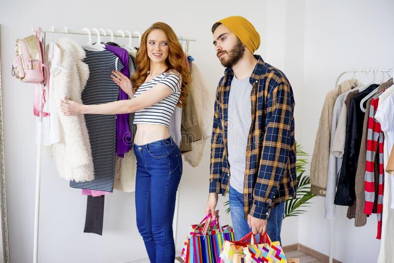 与他的女朋友的乏味人购物 免版税库存图片